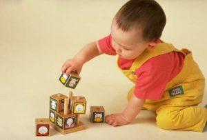 Các hành động chơi cũng như đồ chơi có tác dụng định hướng sự phát triển của trẻ