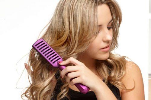 Chải tóc với lược một cách nhẹ nhàng