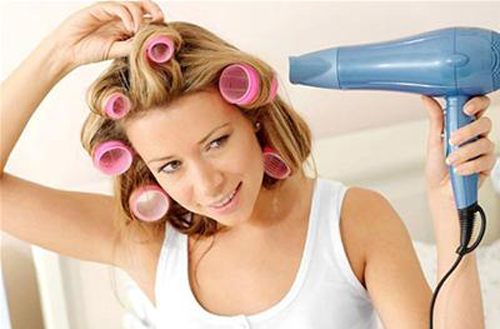 Chia tóc thành những phần nhỏ sẽ giúp bạn sấy tóc nhanh hơn, hiệu quả hơn