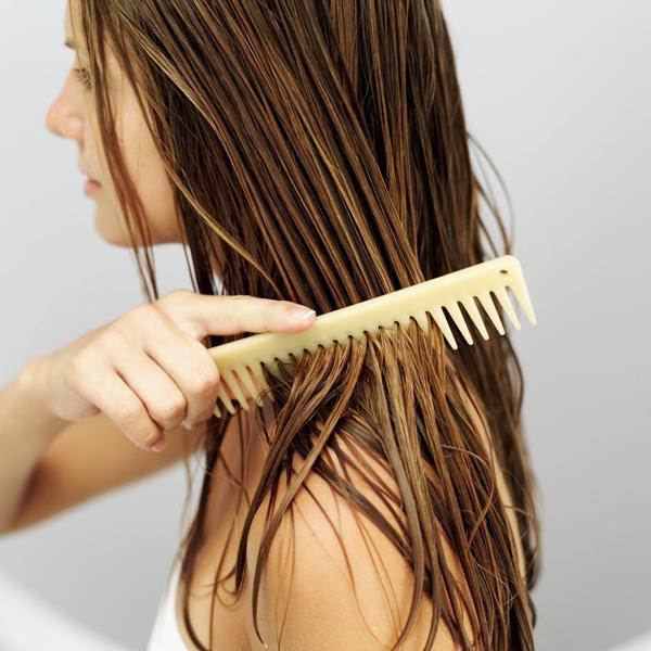 Không sấy khô tóc hoàn toàn sẽ làm ảnh hưởng đến những lọn tóc xoăn mềm