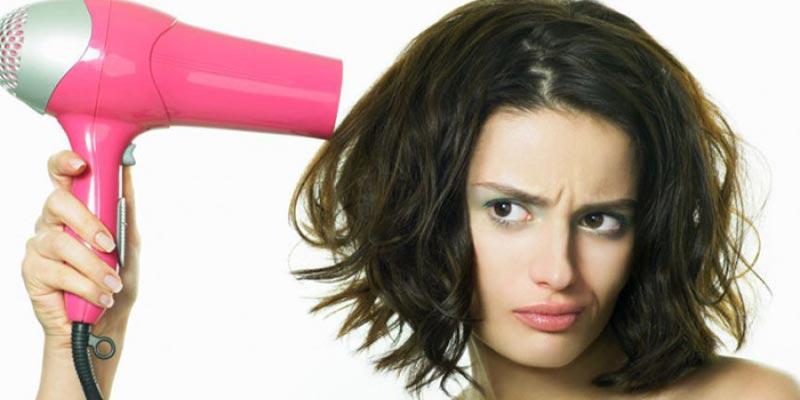 Giữ máy sấy quá gần sẽ khiến tóc khô xơ và hư tổn