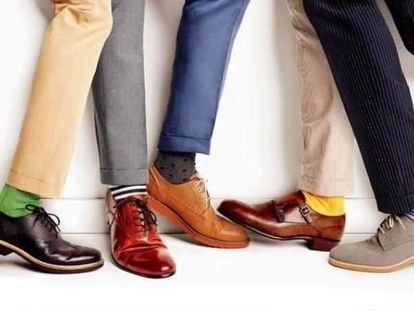 Một đôi giày có điểm nhấn là phương án tối ưu cho những bạn nam có đôi bàn chân to, thô